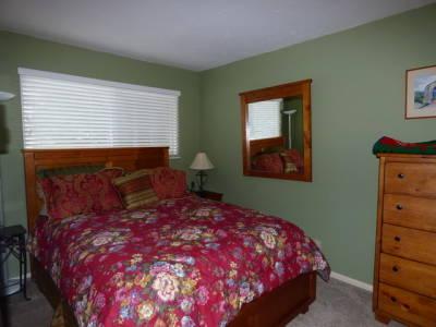 Guest Bedroom / Queen Bed