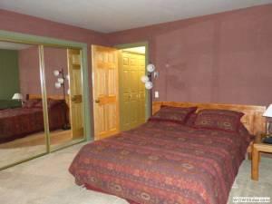 Master Bedroom / Queen Bed